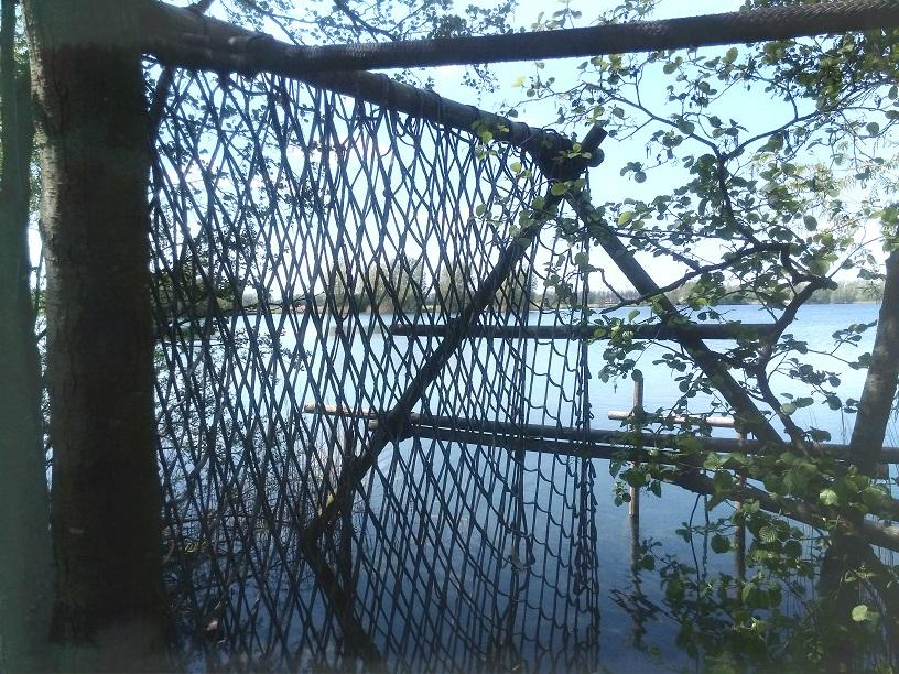 Evenwichtbalk en transportnet boven het water.